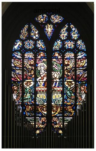 Het raam in de westgevel van de kerk te Hoogstraten voorstellende het Lam Gods.