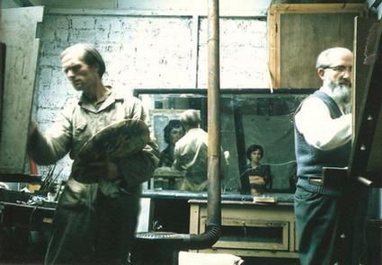 Jan en Bert schilderen Johanna de Vries in het atelier van Bert